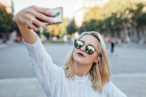 Physios are reportedly seeing an increasing number of patients with neck and back problems arising from overuse of their smartphones. Image: jakubzak via iStock